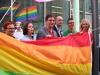 Manuela Schwesig hisst Regenbogenflagge (c) LSVD Berlin-Brandenburg