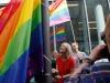 Manuela Schwesig hisst Regenbogenflagge (c) BMFSFJ