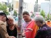 Susanne Stumpenhusen (ver.di Berlin-Brandenburg) hisst die Regenbogenfahne  - Foto: Caro Kadatz