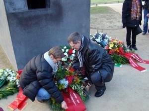 Kranzniederlegung am Denkmal, Renate Rampf (LSVD-Pressesprecherin) und Günter Dworek (LSVD-Bundesvorstand) - Foto: Caro Kadatz