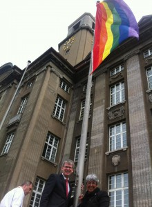 Auch Spandau zeigt Flagge - Bezirksbürgermeister Kleebank und Kati Pirdawari (LSVD Berlin-Brandenburg)