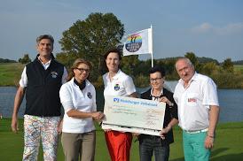 Barbara Mansberg und Wolfgang Preussner (ganz rechts) nehmen den Spendenscheck entgegen (c) German Rainbow Open