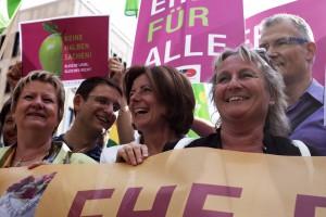 Sylvia Löhrmann (stellvertretende Ministerpräsidentin des Landes Nordrhein-Westfalen), Jörg Steinert (LSVD Berlin-Brandenburg) und Malu Dreyer (Ministerpräsidentin Rheinland-Pfalz) und Irene Alt (Ministerin für Integration Rheinland-Pfalz), Harald Petzold (MdB) bei der LSVD-Kundgebung vor dem Bundesrat (c) LSVD