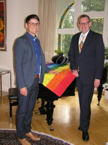 Jörg Steinert vom LSVD Berlin-Brandenburg mit dem deutschen Botschafter Rolf Schütte