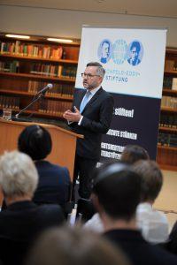 Europa-Staatsminister Michael Roth (c) LSVD/ Caro Kadatz