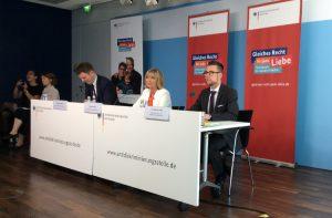Sebastian Bickerich (Pressesprecher der ADS), Christine Lüders (Leiterin der ADS) und Dr. Dominic Frohn ( Institut für Diversity- & Antidiskriminierungsforschung )