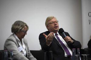 Moderatorin Stephanie Gerlach und Staatssekretär Dr. Ralf Kleindiek - Foto: Caro Kadatz