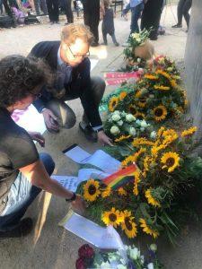Axel Hochrein und Marion Lüttig bei der Kranzniederlegung (beide LSVD-Bundesvorstand) - Foto: LSVD