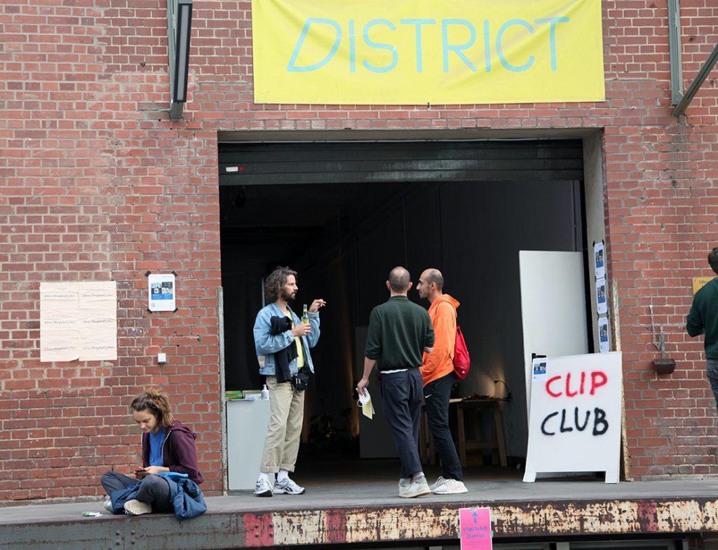 Vor dem district, Foto: Claudia Reinhardt